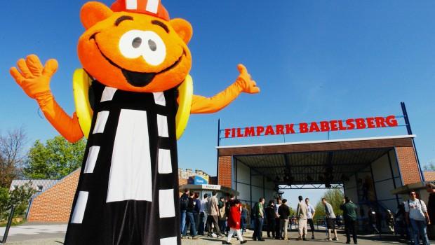 Filmpark Babelsberg Eingang mit Maskottchen