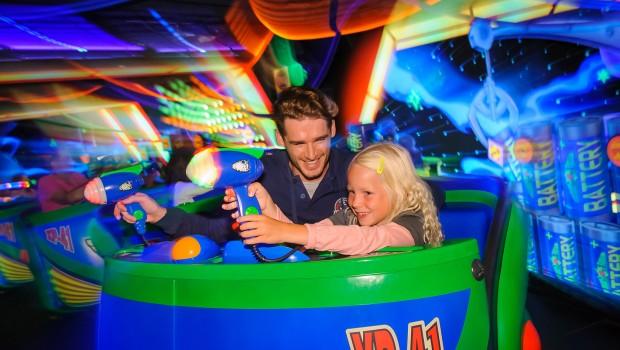 """""""Bis zur Unendlichkeit..:"""" geht es seit 2006 mit """"Buzz Lightyear Laser Blast"""". (Foto: Disneyland Paris)"""