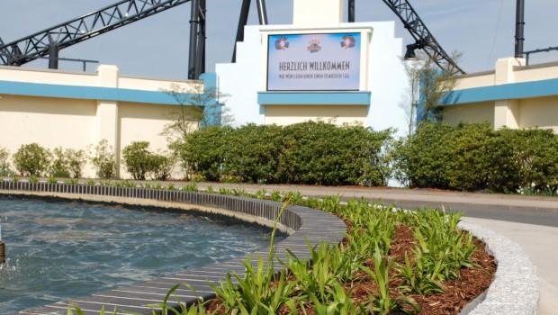 reen und die neue Bepflanzung am Eingang des Movie Parks.
