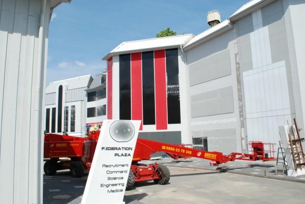 """Das neue Eingangsschild und die Fassaden am """"Federation Plaza""""."""