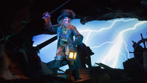 Bei der Themenfahrt segeln Besucher durch die abenteuerliche Welt der Piraten – viele Spezialeffekte und Überraschungen warten auf die Fahrgäste. (Foto: Disneyland® Paris)