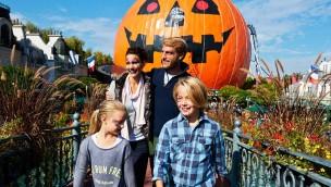 Europa-Park Halloween Familie vor Eurosat-Kürbis