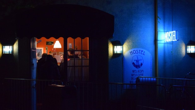 Eingang von Hostel Maze beim Halloween Horror Fest im Movie Park Germany