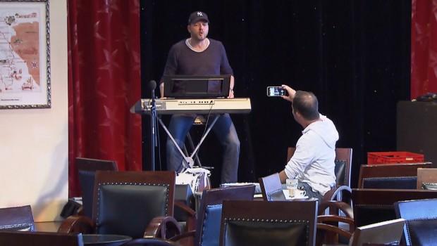 Verstehen Sie Spaß Mario Barth mit DJ BoBo mit Europa-Park