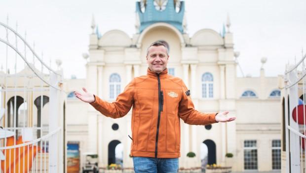 BELANTIS Erwin Linnenbach vor dem Schloss