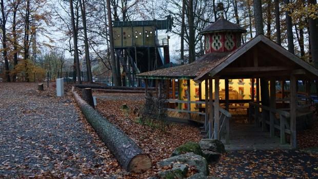Freizeit-Land Geiselwind Länder-Pavillon Dactari-Fahrt Station im Herbst