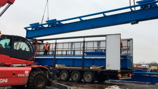 Die Achterbahnteile von Fenix werden vom LKW entladen