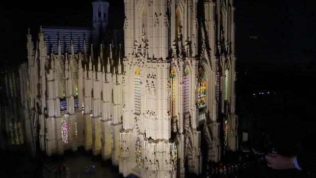 Kölner Dom aus LEGO bei Nacht