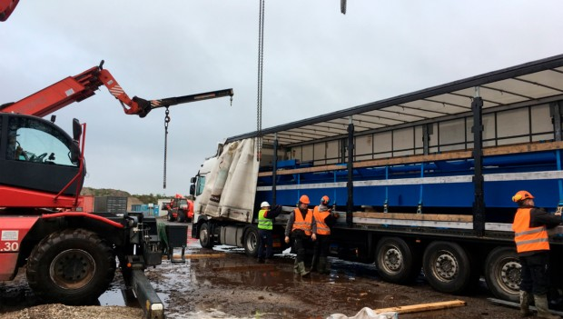 LKW bringt Teile für Achterbahn Fēnix