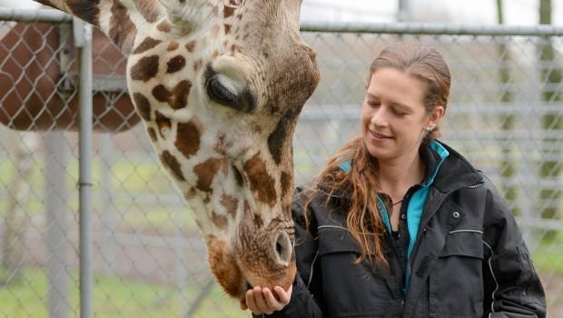 Christine Richter im Jaderpark mit Giraffe