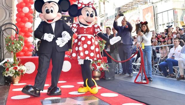 Minnie Mouse posiert mit Mickey Mouse vor ihrem Stern