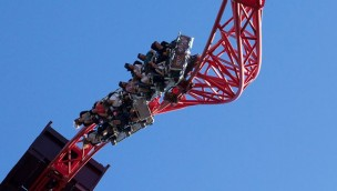 Erneuter Zwischenfall in Dreamworld Australia: Fahrgäste von Achterbahn hängen auf Lifthill fest