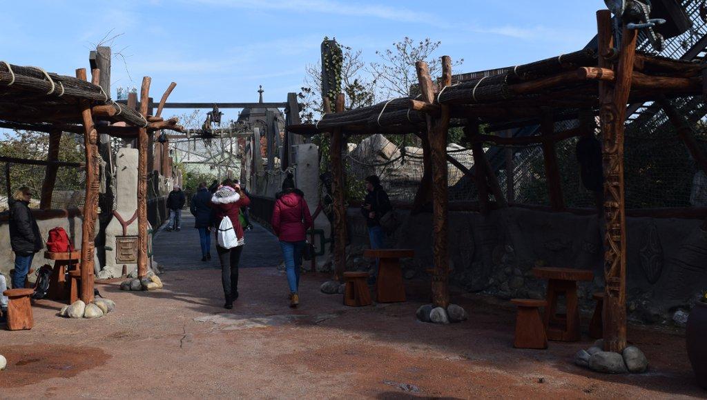 Neue Holzdächer in Deep in Africa im Phantasialand