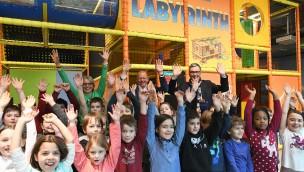 Ravensburger Kinderwelt Kornwestheim verteilt zu Fasching 2019 Geschenke an Kostümierte