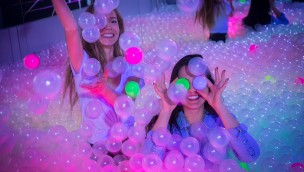"""Madame Tussauds Berlin veranstaltet After-Work-Sause im neuen 90er-Bereich """"Let´s Glow"""""""