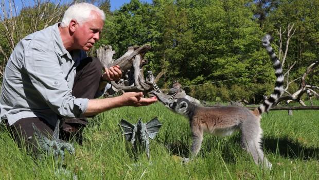 Helmut Schmied mit Katta im Zoo Rostock