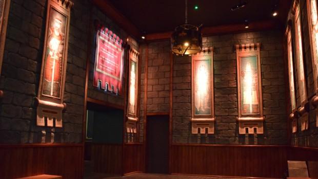 Movie Park Excalibur Warteschlange Raum mit Bannern