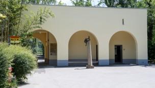 Historische Affenpforte mit Kiosk im Münchner Tierpark Hellabrunn fertig renoviert