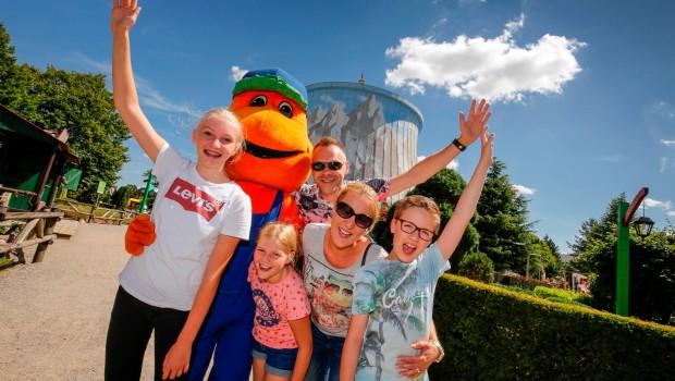 Kernie's Familienpark - Maskottchen Kernie mit Familie