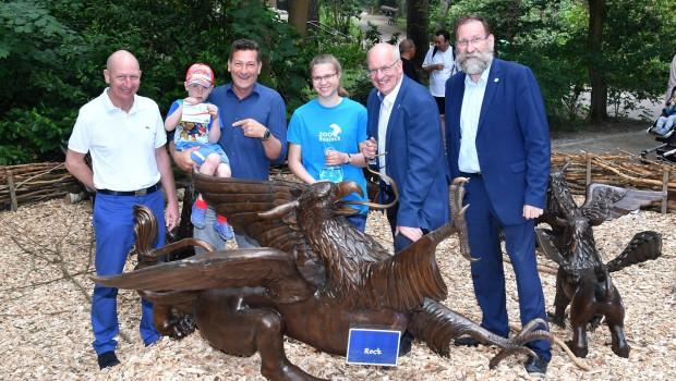Künstler ENEOS im Rostock Zoo mit Greifen