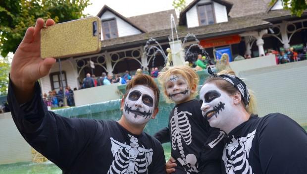 Verkleidete Besucher an Halloween im Gardaland