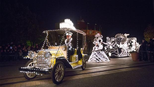 Während der Lichtershow sind die Fahrzeuge und Figuren auch beleuchtet.