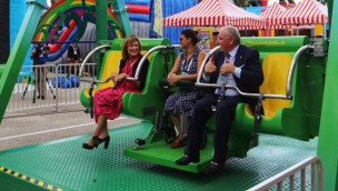 Zamperla verschenkt barrierefreie Schaukel-Attraktion an Give Kids The World Village