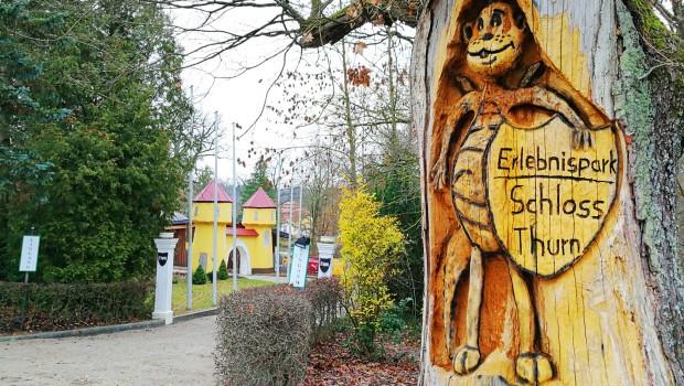 Erlebnispark Schloss Thurn Dinolino in Baum geschnitzt