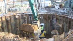 """""""Highlander""""-Baustelle im Hansa-Park geht in die Tiefe: Große Grube für neuen Mega-Freifallturm ausgehoben"""