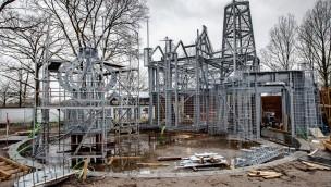 """Efteling errichtet große Stahlkonstruktion als Basis für neues Märchen """"Die sechs Schwäne"""""""