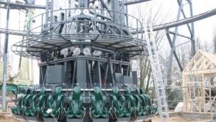 """""""Highlander"""" im Hansa-Park wächst in die Höhe: Aufbau von neuem 120 Meter-Freifallturm gestartet"""