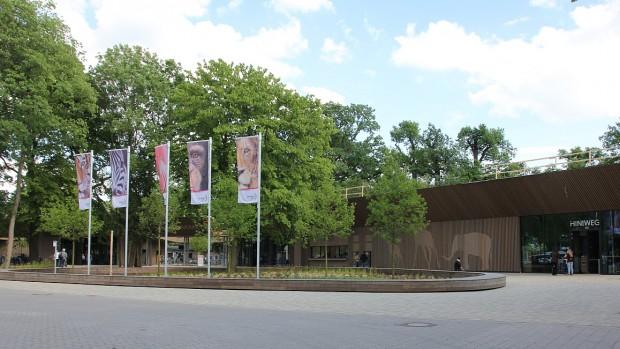 Erlebnis-Zoo Hannover Rundbank vor Eingang
