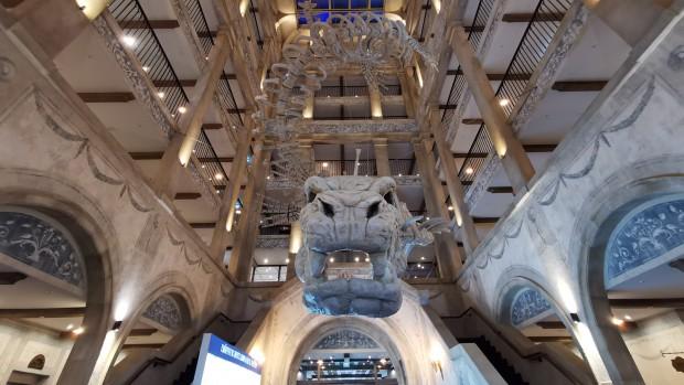 Europa Park Hotel Kronasar Lobby mit Skelett