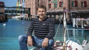 """Tatort-Kommissar Richy Müller erkundet neues Europa-Park-Hotel """"Krønasår"""" vor Eröffnung"""