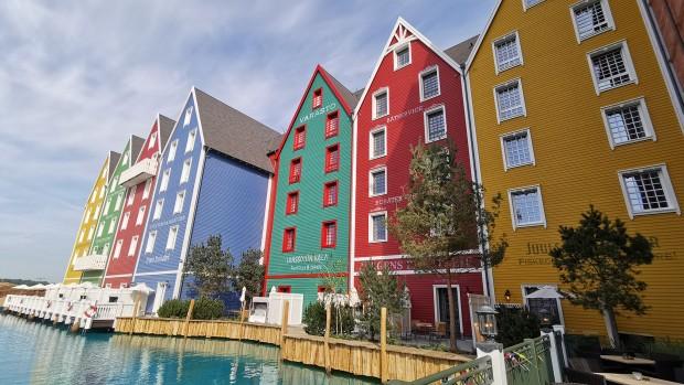 Auch andere Gebäude auf dem Gelände mit auffallenden, starken Farben geben dem Besucher das Gefühl, im Urlaub in Skandinavien zu sein. (Foto: Thomas Frank, Parkerlebnis.de)