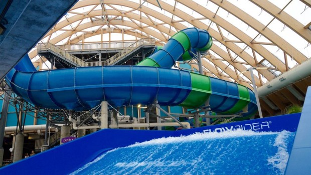 "Die Wasserrutschen und der Surf-Simulator """"Flowrider""im Vordergrund sprechen Besucher an, die es gerne actionreich lieben. (Foto: The Kartrite Resort & Indoor Waterpark)"
