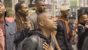 Video: Sänger von Disneyland Paris-Bühnenshow überraschen Zugreisende