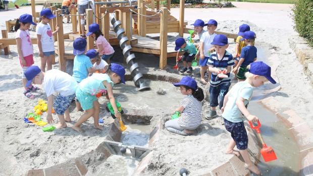 Erlebnispark Tripsdrill Spielwelt Sägewerk Kinder spielen mit Sand und Wasser