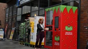 Karls eröffnet ersten Erdbeer-Automaten mit eingebautem Erdbeerfahrstuhl in Rostock
