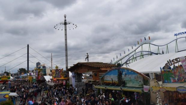 Der Jules Verne Tower, ein Kettenflieger der Schaustellerfamilie Goetzke | Bild Copyright Alexander Louis, Parkerlebnis.de