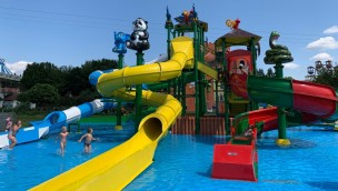 Neuer Wasserspielplatz mit mehreren Rutschen für Kinder im Churpfalzpark Loifling eröffnet