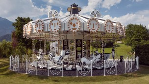 """Designer-Karussell mit 15 Millionen Kristallen: """"Carousel"""" in Swarovski Kristallwelten eröffnet"""