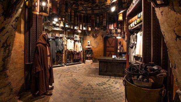 """""""Black Spire Outfitters"""" bietet allerlei Kleidung. (Foto: Disney)"""