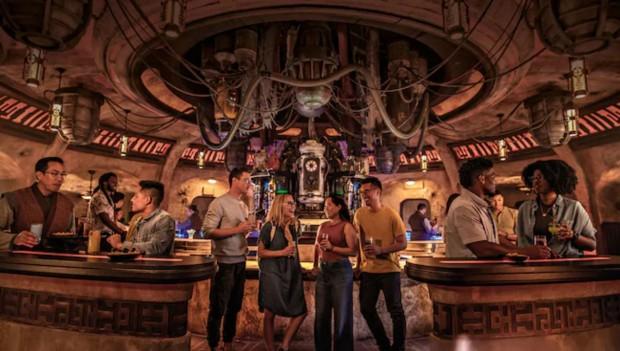 """Vor allem die Bar """"Oga's Cantina"""" lädt zum Verweilen ein. (Foto: Disney)"""