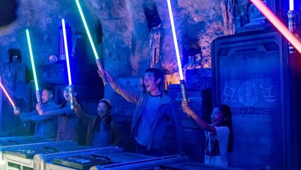 Ein Laserschwert kostet umgerechnet rund 180 Euro. (Foto: Disney)