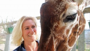 Eva Kaltenbach mit Giraffe