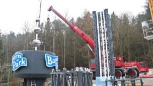 Bayern-Park beginnt Aufbau von Süddeutschlands höchstem Freifallturm: Erstes Turmteil montiert