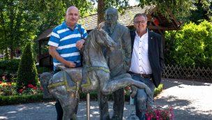 Europa-Park-Inhaber Roland Mack empfängt ersten Jahreskartenbesitzer